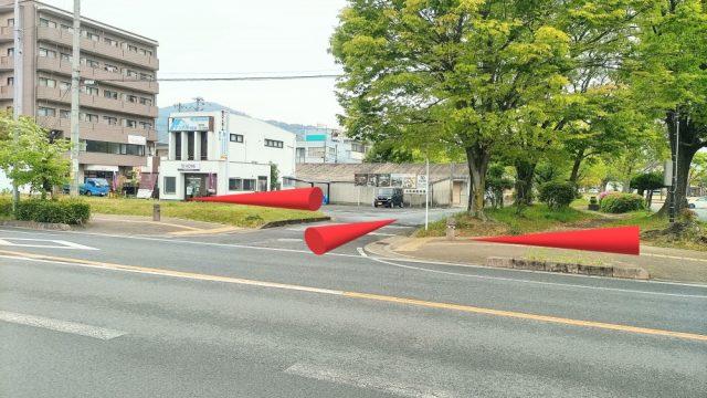 市役所前の信号のない交差点を右に曲がり、直ぐ左に曲がります。